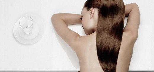 kobieta ze zdrowymi włosami
